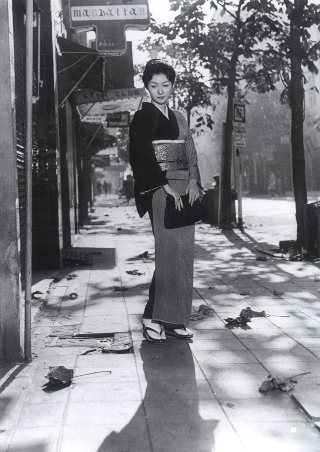 when-a-woman-ascends-the-stairs-1960-001-hideko-takamine-street-autumn-leaves